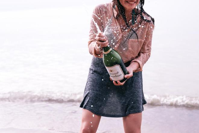 beach-party-with-champagne_925x